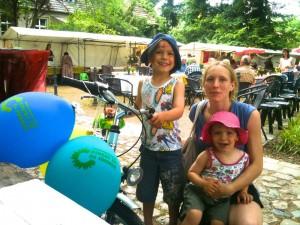 Die glücklichen Gewinner des Kinderfahhrads