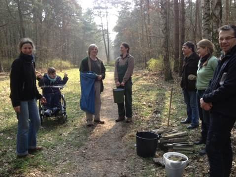 Unser Wald soll schlner werden - Grüne und Nachbarn beim Müll sammeln