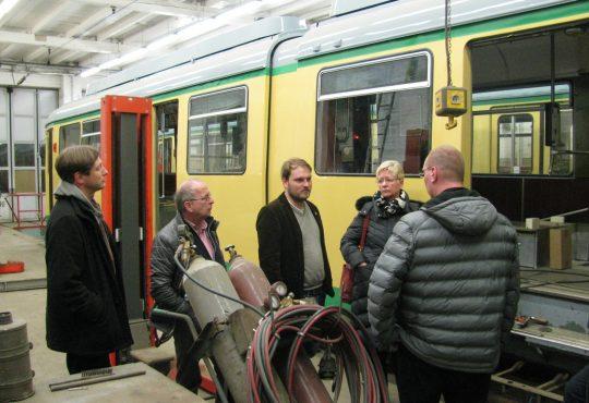 Kommunal- und Landespolitiker in regem Gespräch mit den Straßenbahnern (Foto: Fritz Viertel)